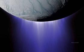 Зонд «Кассини» «нырнул» в ледяную струю, извергаемую с поверхности Энцелада