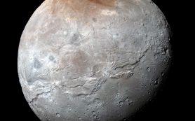 Плутон «красит красным цветом» свой спутник Харон
