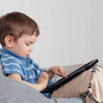 Общение с портативным устройством повышает у детей риск задержки развития речи