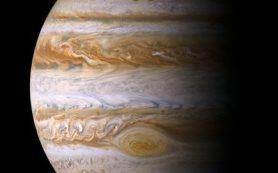Переменные полярные сияния Юпитера имеют сложную природу