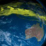 Озоновый слой утолщается над полюсами и становится все тоньше над средними широтами