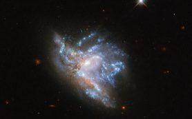 Снимок: «Хаббл» запечатлел ослепительное столкновение двух галактик