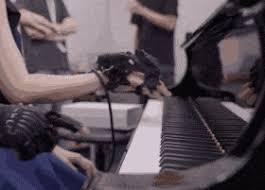 Кистевой экзоскелет передал ученику движения опытного пианиста