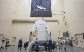 Американская пилотируемая капсула Crew Dragon прибывает к месту будущего старта