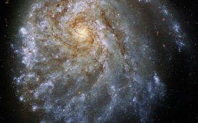 Завораживающая спиральная галактика растянута гравитацией своего «соседа»
